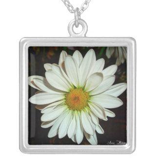 白いデイジーの花のネックレス シルバープレートネックレス