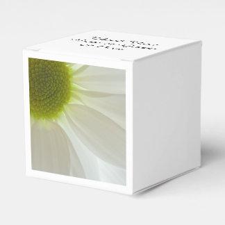 白いデイジーの花びらの結婚式の引き出物箱 フェイバーボックス
