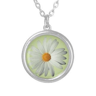 白いデイジー(カスタムな色)のネックレス シルバープレートネックレス