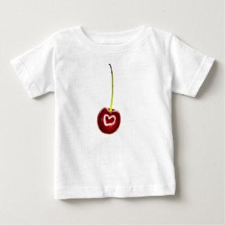 白いハートの乳児のTシャツが付いている赤いさくらんぼ ベビーTシャツ