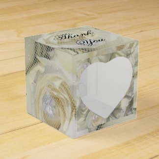 白いバラおよび真珠のギフト用の箱 フェイバーボックス