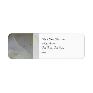 白いバラの花弁の結婚式 返信用宛名ラベル
