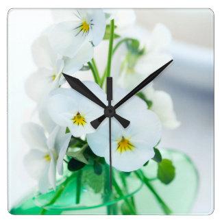 白いパンジーの花の緑のつぼの花柄のパンジー スクエア壁時計
