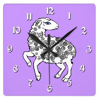 白いヒツジの民芸の子ヒツジの螺線形のカール スクエア壁時計