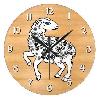 白いヒツジの民芸の子ヒツジの螺線形は模造のな木をカールします ラージ壁時計