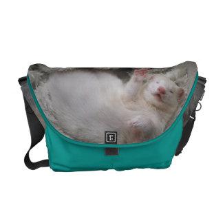 白いフェレットのメッセンジャーバッグ メッセンジャーバッグ