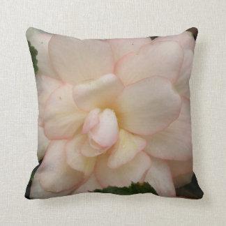 白いベゴニアの花の枕 クッション