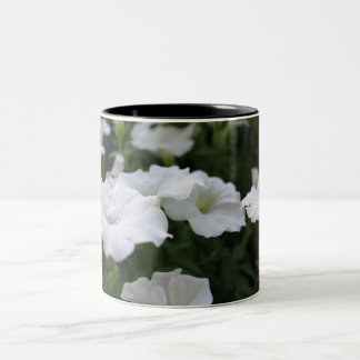 白いペチュニアのマグ ツートーンマグカップ