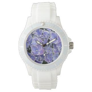 白いボーダースポーティな腕時計を持つ青いアジサイ 腕時計