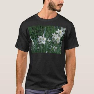 「白いラッパスイセン」の暗闇 Tシャツ