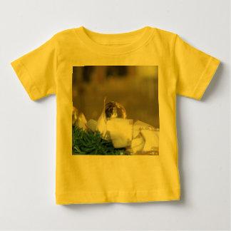 白いリボンが付いている金クリスマスのつまらないもの ベビーTシャツ