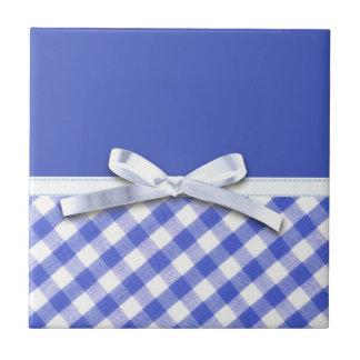 白いリボンの弓グラフィックが付いている濃紺のギンガム タイル