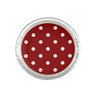 白い中心の小さく白い水玉模様の赤の背景 リング