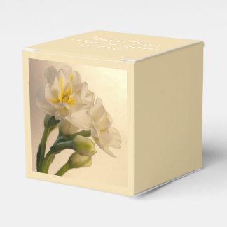 白い二重ラッパスイセンの春の結婚式 フェイバーボックス