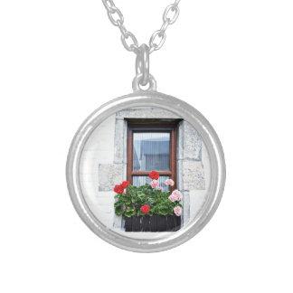 白い壁の赤い花が付いている窓 シルバープレートネックレス