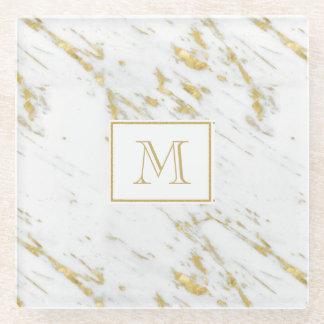 白い大理石上のモノグラムのな金ゴールドのグリッター ガラスコースター