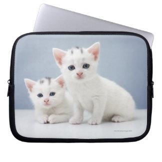 白い子ネコ ラップトップスリーブ