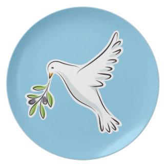 白い平和はオリーブの枝の青いプレートによって潜りました プレート