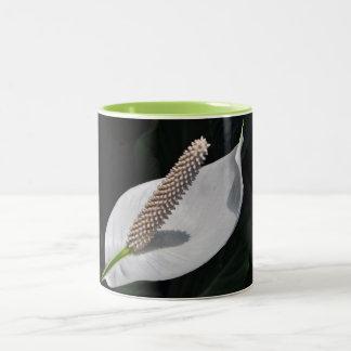 白い平和ユリのコーヒー・マグ ツートーンマグカップ