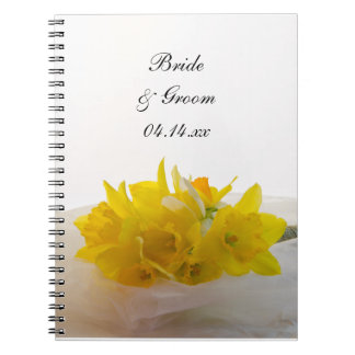 白い春の結婚式の黄色いラッパスイセン ノートブック