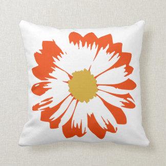 白い枕のオレンジ花 クッション