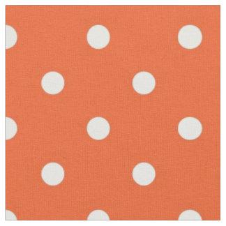白い水玉模様の生地を持つオレンジ ファブリック