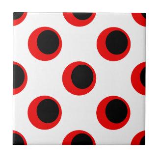 白い水玉模様パターンのレトロの黒いそして赤 タイル