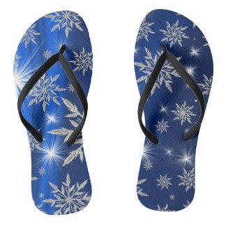白い氷晶が付いている青いクリスマスの星 ビーチサンダル