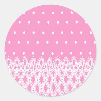 白い点の柔らかいピンクの背景の白いレースパターン ラウンドシール