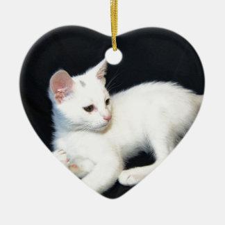 白い猫の遊ぶこと セラミックオーナメント