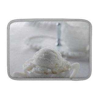 白い環境のバニラアイスクリーム MacBook スリーブ