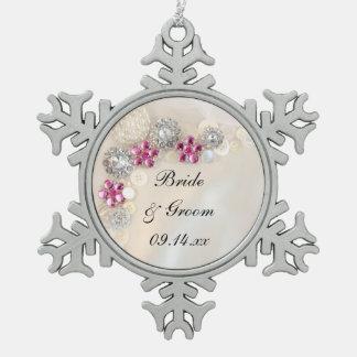 白い真珠およびピンクのダイヤモンドボタンの結婚式 スノーフレークピューターオーナメント
