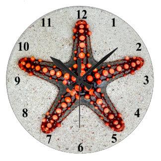 白い砂の明るいオレンジ赤のヒトデ ラージ壁時計