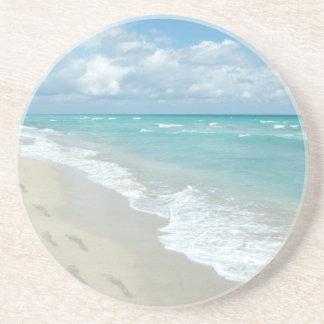 白い砂浜、景色の水の青の足跡 コースター
