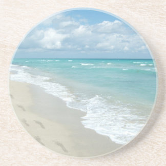 白い砂浜、景色の水の青の足跡 飲み物用コースター