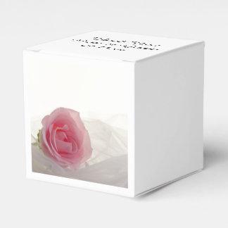 白い結婚式のピンクのバラ フェイバーボックス
