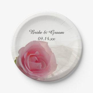 白い結婚式のピンクのバラ ペーパープレート
