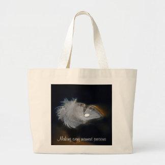 白い羽の水のしぶき ラージトートバッグ