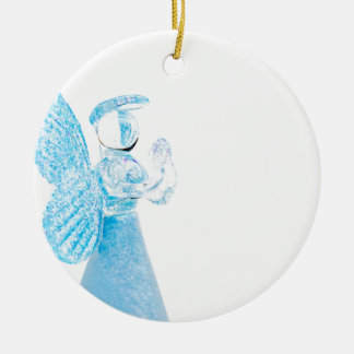 白い背景で祈る青いガラス天使 セラミックオーナメント