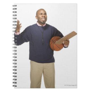 白い背景のイライラしたバスケットボールのコーチ、 ノートブック