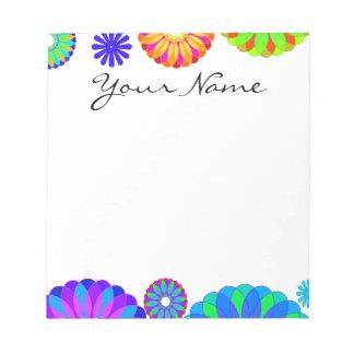 白い背景のカラフルなレトロの花模様 ノートパッド