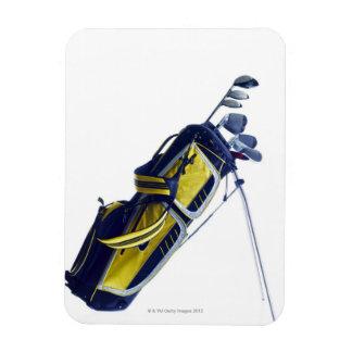 白い背景のクラブが付いているゴルフバッグ マグネット