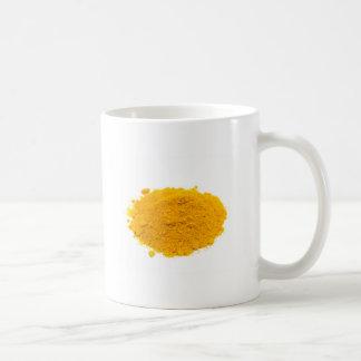 白い背景のスパイスのウコンの粉の積み重ね コーヒーマグカップ