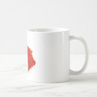 白い背景のパプリカの粉の積み重ね コーヒーマグカップ