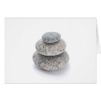 白い背景の小石の彫刻 カード