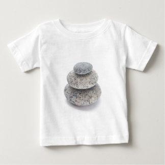 白い背景の小石の彫刻 ベビーTシャツ