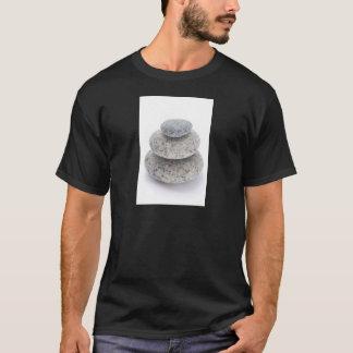 白い背景の小石の彫刻 Tシャツ