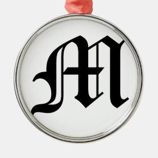 白い背景の手紙Mの古い英国の文字 メタルオーナメント