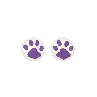 白い背景の暗い紫色動物の足のプリント ピアス
