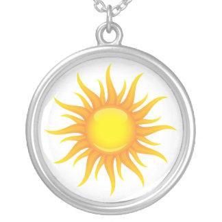 白い背景の銀のネックレスの燃えるような太陽 シルバープレートネックレス